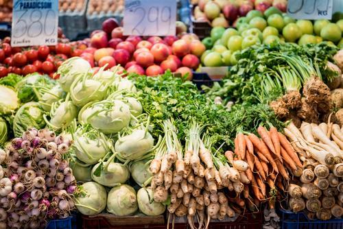 Gemüsemarkt Lebensmittel Salat Salatbeilage Ernährung Bioprodukte Vegetarische Ernährung Diät Kohlrabi Möhre Rüben Zwiebel Apfel Farbfoto Innenaufnahme