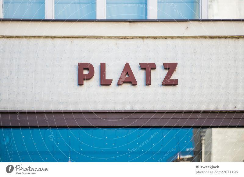 The Platz to be Schriftzeichen Stil Fassade Buchstaben Großbuchstabe Stadtzentrum Farbfoto Außenaufnahme Menschenleer Tag Zentralperspektive