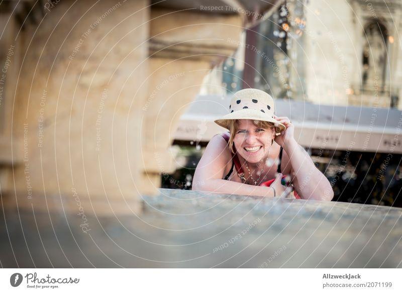 Portrait mit Hut am Brunnen 1 Lifestyle Freude Ferien & Urlaub & Reisen Tourismus Ausflug Sightseeing Städtereise feminin Junge Frau Jugendliche Erwachsene