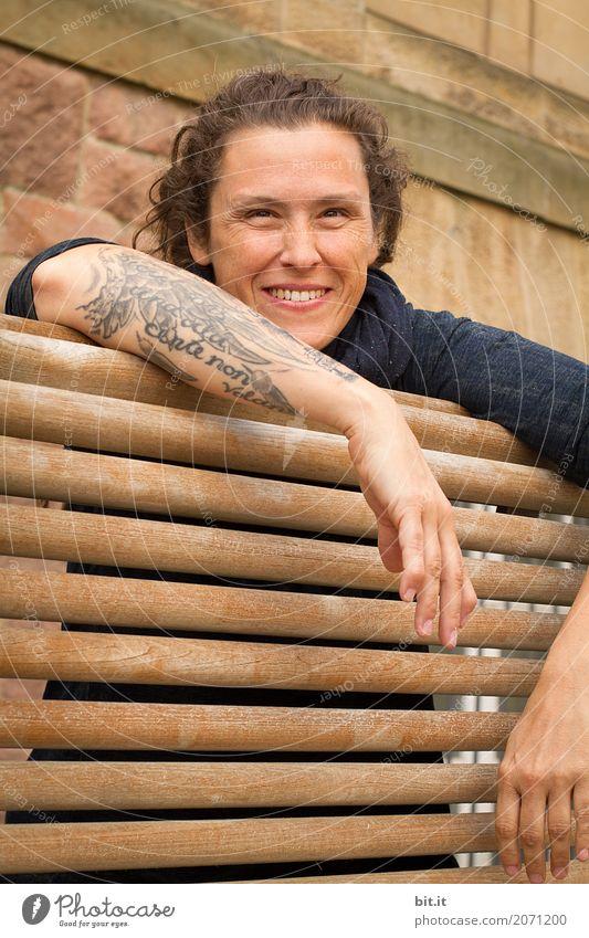 AST10 | Lachmai II feminin Junge Frau Jugendliche Erwachsene Lächeln lachen Freude Glück Fröhlichkeit Zufriedenheit Lebensfreude Holzbank Farbfoto Außenaufnahme