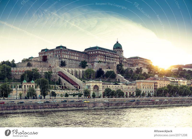 Palast der untergehenden Sonne Budapest Ungarn Donau Wasser Fluss Wasserfahrzeug Schifffahrt Ausflug Binnenschifffahrt Sonnenuntergang Abend gold Beleuchtung