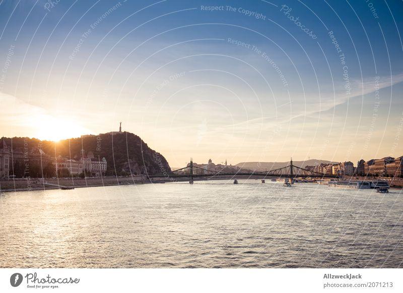 Sonnenuntergang auf der Donau 1 Ferien & Urlaub & Reisen Tourismus Ausflug Sightseeing Städtereise Budapest Ungarn Hauptstadt Stadtzentrum Skyline Brücke