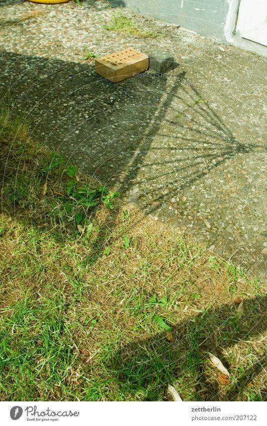 Liegestuhl vs. Hängematte faulenzen Erholung Ferien & Urlaub & Reisen Garten Rasen Gras trocken Dürre Schatten Sonne Sommer Häusliches Leben Stein Steinweg