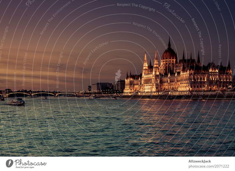 Budapest @ night 9 Farbfoto Außenaufnahme Dämmerung Totale Menschenleer Panorama (Aussicht) Textfreiraum links Reisefotografie Tourismus Ausflug Ungarn