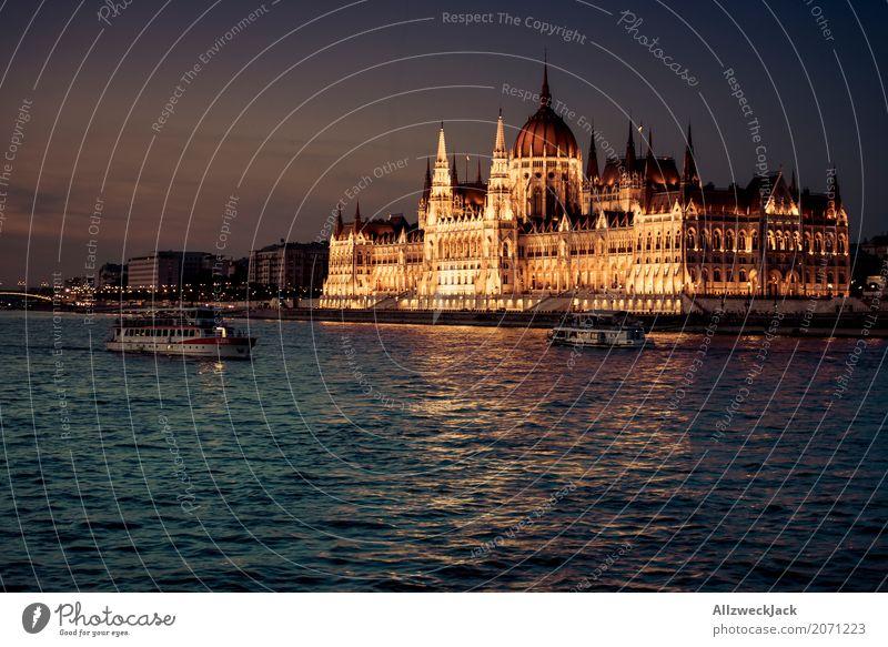 Das güldene Parlament Budapest Ungarn Donau Wasser Fluss Wasserfahrzeug Schifffahrt Ausflug Binnenschifffahrt Sonnenuntergang Abend gold Beleuchtung Licht