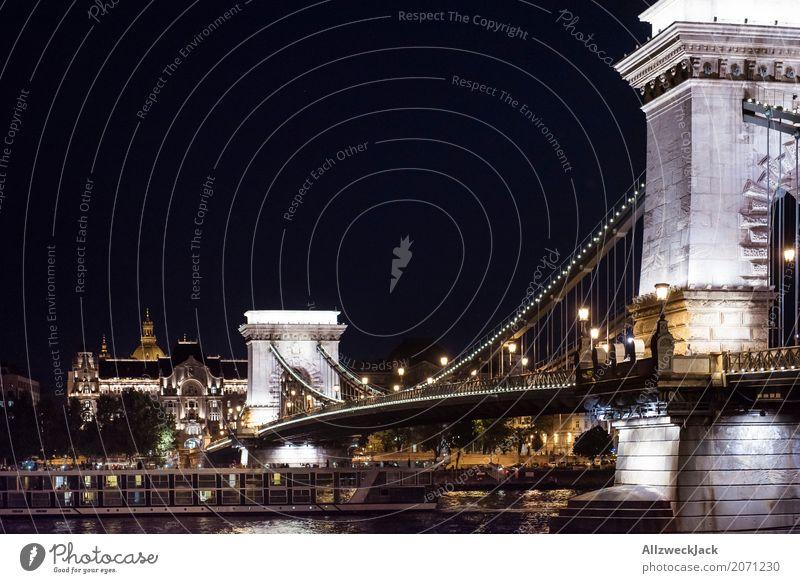 Budapest Kettelbrücke bei Nacht beleuchtet Beleuchtung Europa Brücke Sehenswürdigkeit Wahrzeichen Ungarn Nachtaufnahme Donau Kettenbrücke