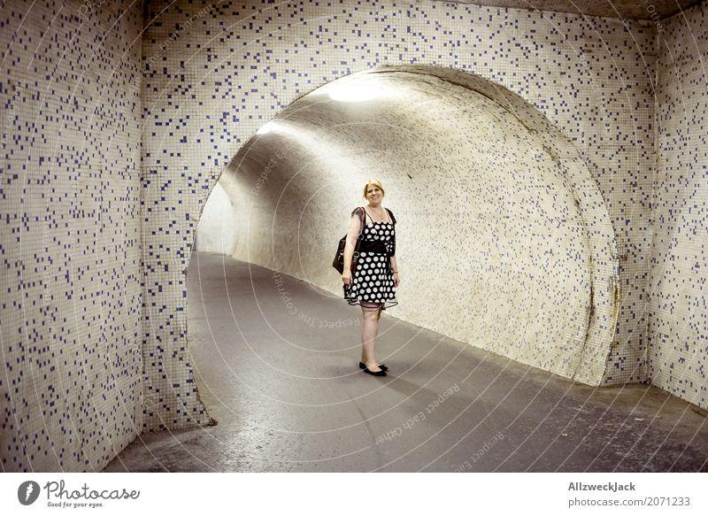 Frau mit Kleid vor einer beleuchteten Unterführung Nacht Abend dunkel Beleuchtung Kunstlicht Junge Frau 1 Mensch Tunnel Durchgang Röhren Bürgersteig Fußweg