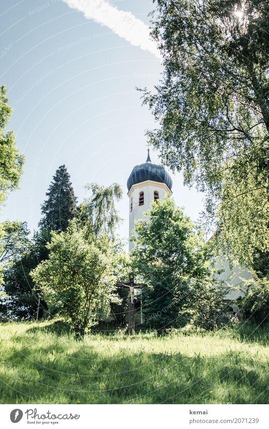 Kirchturm im Grünen Himmel Natur Sommer blau Pflanze grün Baum Erholung ruhig Wärme Gras Tourismus Ausflug Freizeit & Hobby hell Kirche