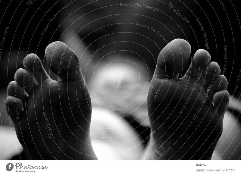 Dreck ist für Füsse da Fuß liegen dreckig einfach hässlich Schwarzweißfoto Schwache Tiefenschärfe Barfuß Kinderfuß Zehen 10 Perspektive Unschärfe
