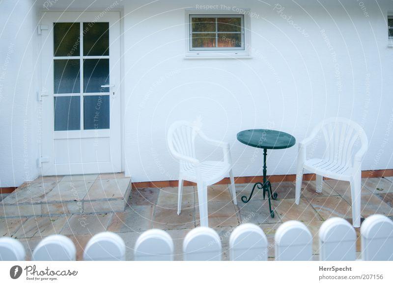 Vorgarten, pflegeleicht Garten Stuhl Tisch Haus Einfamilienhaus Mauer Wand Fassade Fenster Tür einfach kalt Sauberkeit trist schwarz weiß Gartenmöbel