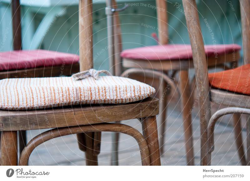 Nach der Orchesterprobe Holz braun Stuhl Stoff Sitzgelegenheit gestreift Kissen mehrfarbig Textilien Polster Stoffmuster Holzstuhl Stuhlbein