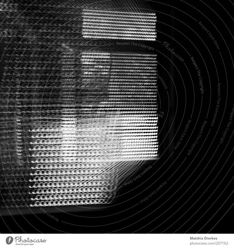 Fenster dunkel Angst Wohnung bedrohlich Häusliches Leben Schwarzweißfoto aufmachen Jalousie Fensterladen Zoomeffekt beängstigend