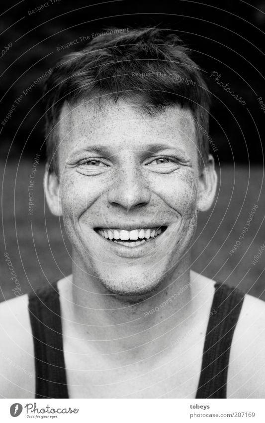 Micha Mann Freude Erwachsene lachen natürlich Fröhlichkeit authentisch frech Sommersprossen Vorfreude Optimismus Single 30-45 Jahre Kurzhaarschnitt Lachfalte