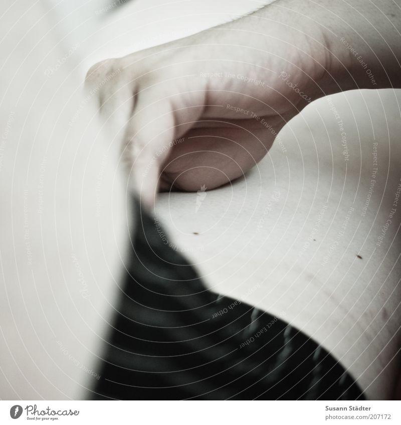wohlfühlen. maskulin Mann Erwachsene Unterwäsche Unterhose Streifen Hand berühren Bauch Beine Intimbereich Leberfleck Gedeckte Farben Nahaufnahme Detailaufnahme