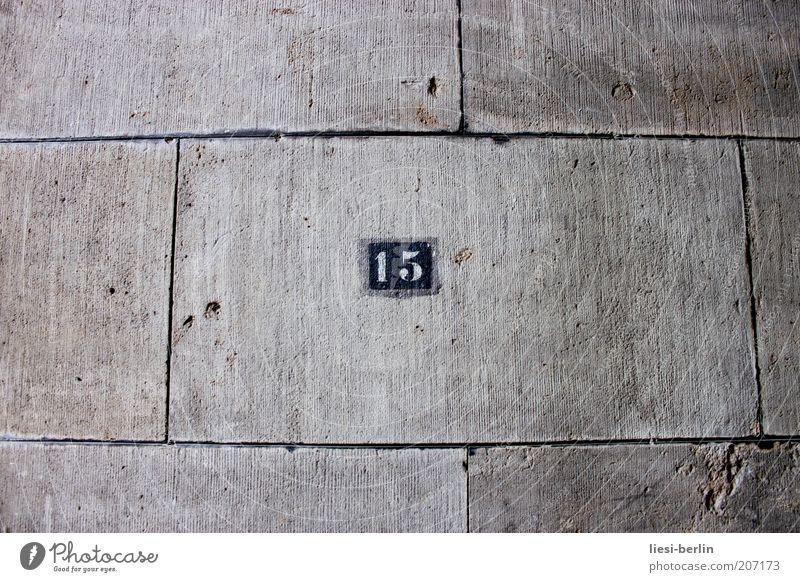 Nr. 15 Haus Stein Beton Zeichen Ziffern & Zahlen Schilder & Markierungen alt kalt grau Mittelpunkt stagnierend Wand Hausnummer Steinplatten Außenaufnahme