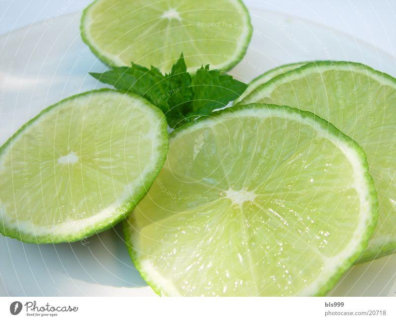 Limetten unterwegs in ein Getränk Getränkezutat Gesundheit Limone Makroaufnahme Fensterscheibe Caipirinia-Zutat Südfrüchte