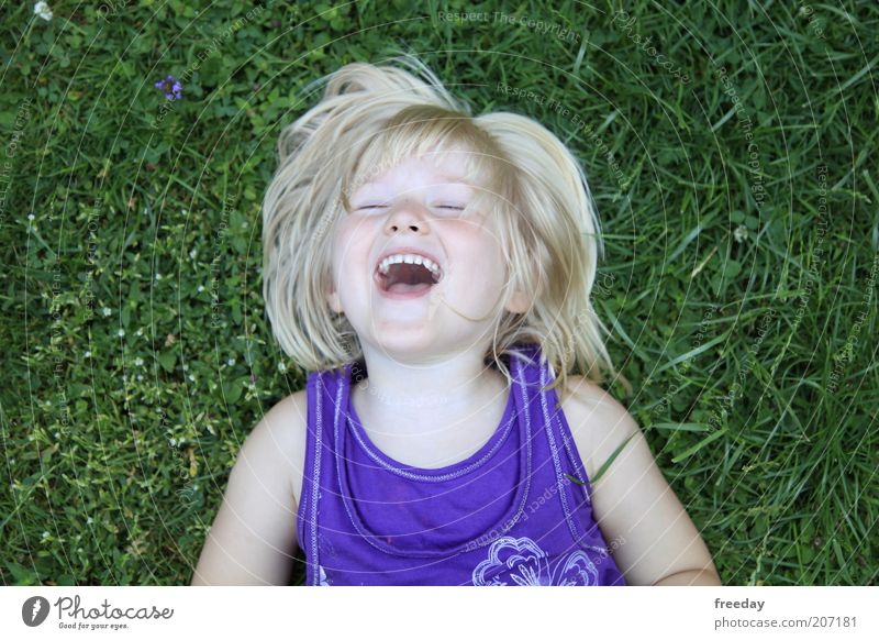 Lachanfall... ;D Mensch Kind grün Sommer Mädchen Freude Gesicht Leben Wiese Gras Glück Freiheit lachen Gesundheit liegen Freizeit & Hobby