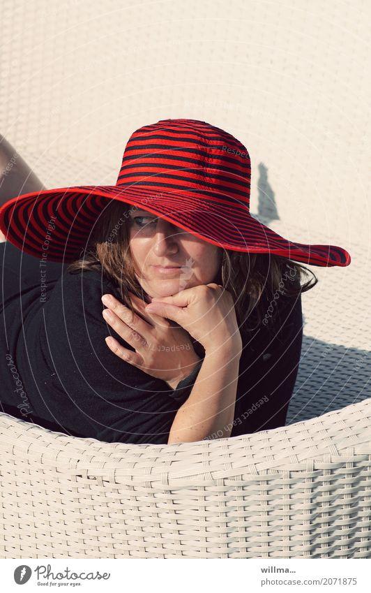 frau mit rotem hut genießt die sonne auf weißer korbliege Ferien & Urlaub & Reisen Mensch feminin Frau Erwachsene Leben 1 Sommer Hut Erholung Sonnenbad Dame