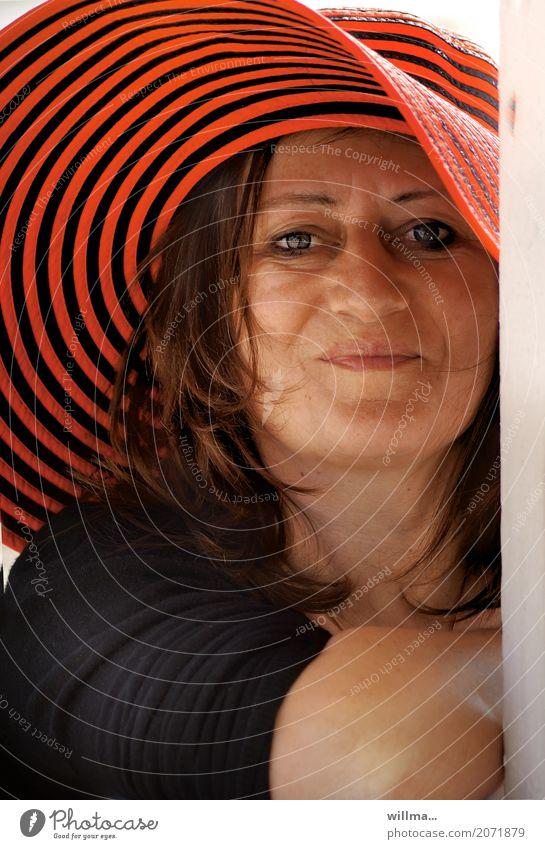 Portät einer lächelnden reifen Frau mit rot gestreiftem Hut   Sommerfreude Freude Glück Mensch feminin Erwachsene Leben Gesicht brünett Lächeln Freundlichkeit