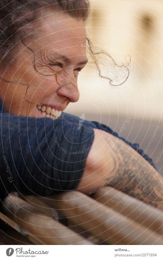 frohlöckchen   AST10 Mensch Frau Jugendliche Junge Frau Freude Erwachsene Leben feminin lachen Glück Zufriedenheit Fröhlichkeit Lebensfreude Zähne Tattoo Locken
