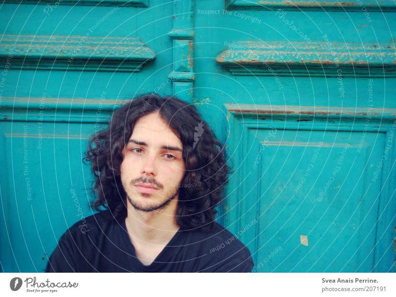 geschichte. Gesicht maskulin Junger Mann Jugendliche 1 Mensch 18-30 Jahre Erwachsene Tür T-Shirt Haare & Frisuren schwarzhaarig brünett langhaarig Bart
