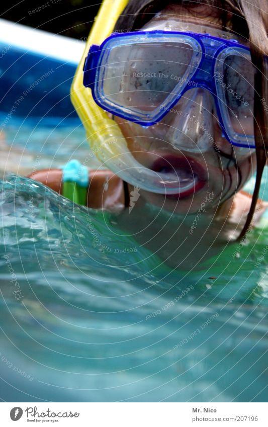 Planschbeckentaucherin Wasser Mädchen Sommer Auge feminin Kopf Schwimmen & Baden Mund nass Nase Schwimmbad Maske tauchen atmen Schnorcheln Kind