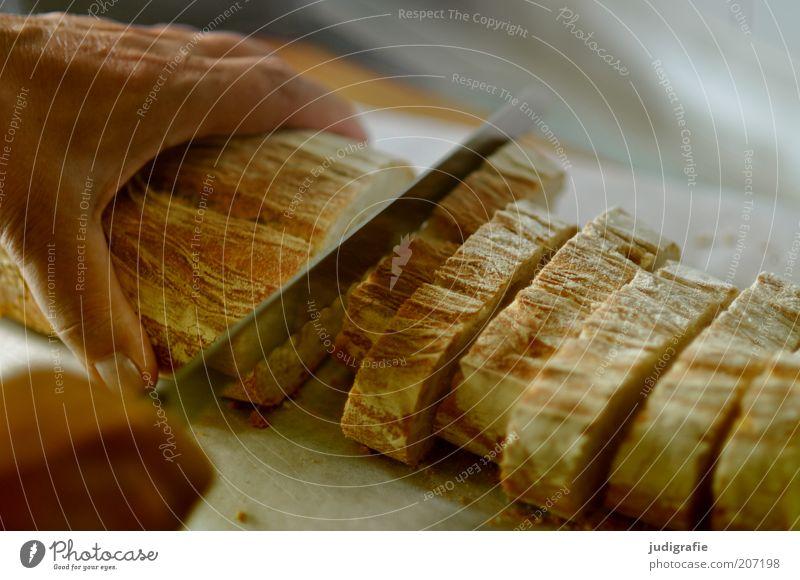Brot schneiden Hand Ernährung Lebensmittel Finger frisch lecker Brot Scheibe Messer geschnitten Mensch Baguette Weißbrot