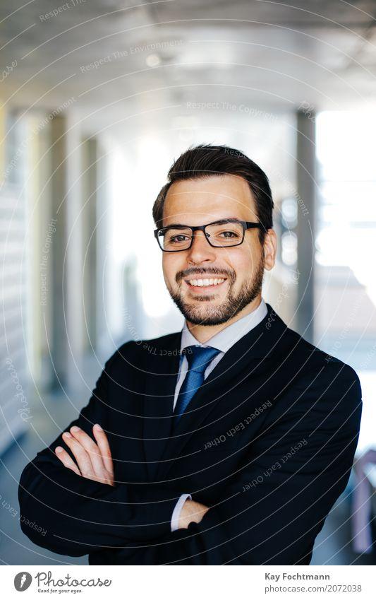 Businessporträt junger Mann mit Brille Arbeit & Erwerbstätigkeit Beruf Wirtschaft Unternehmen Karriere Erfolg maskulin Erwachsene Leben 1 Mensch 18-30 Jahre