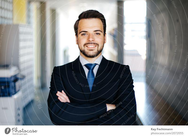 Businessporträt junger Mann Mensch Jugendliche 18-30 Jahre Erwachsene Leben Stil Arbeit & Erwerbstätigkeit maskulin Büro elegant Kraft Erfolg Geld Macht
