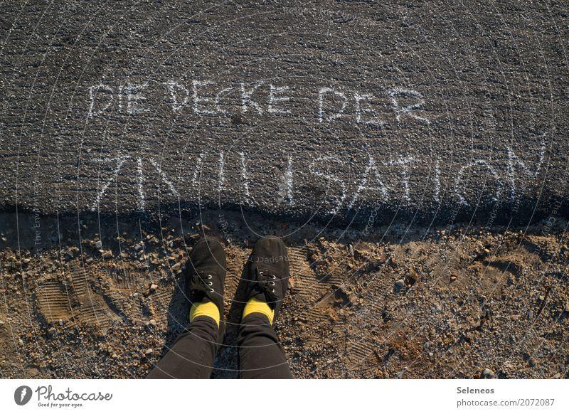 bröckelt ein bisschen Fuß Schuhe Zeichen Schriftzeichen Schilder & Markierungen Hinweisschild Warnschild Kommunizieren kaputt Sicherheit Einigkeit Ehrlichkeit