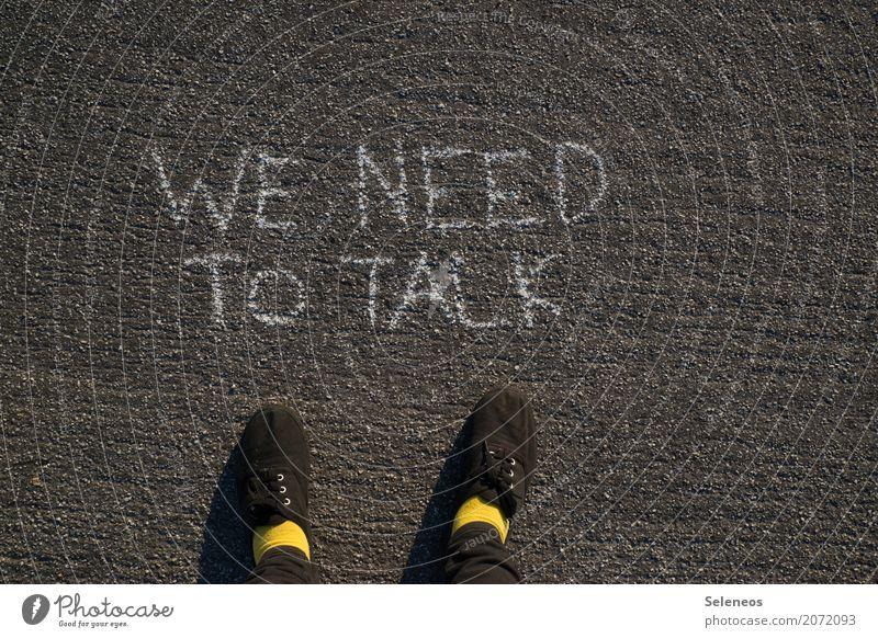 . Mensch Einsamkeit Graffiti sprechen Gefühle Fuß Schriftzeichen Kommunizieren Hinweisschild Zeichen Zukunftsangst Liebeskummer Enttäuschung Nervosität