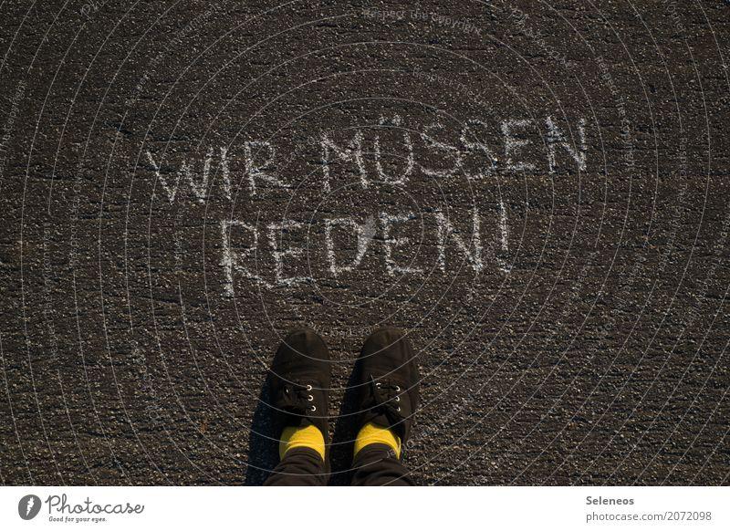 schlechter Start sprechen Fuß Schuhe Zeichen Schriftzeichen Schilder & Markierungen Hinweisschild Warnschild Kommunizieren Konflikt & Streit Gefühle Stimmung