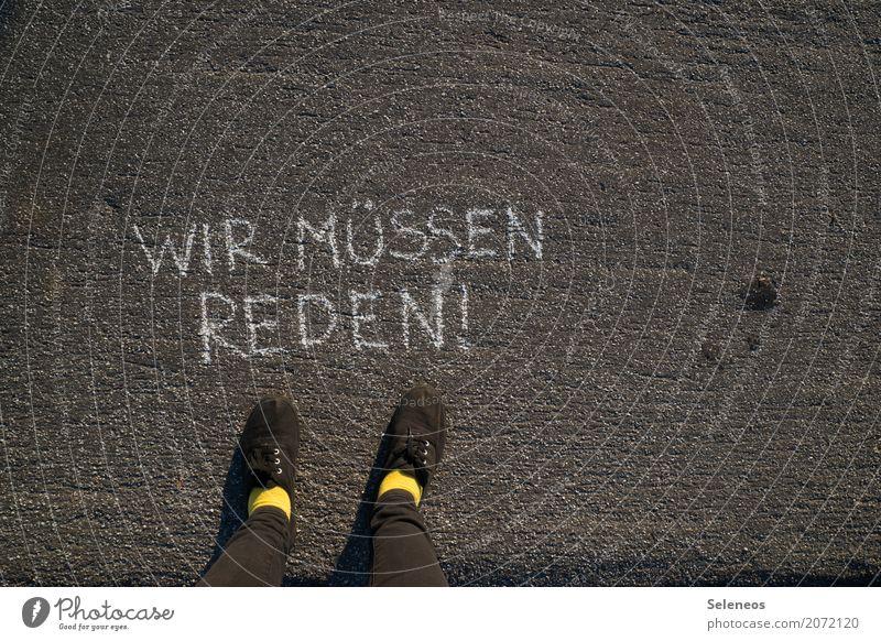 Das fängt ja gut an. sprechen Gefühle Fuß Schriftzeichen Kommunizieren Schilder & Markierungen Schuhe Hinweisschild Zeichen Vergangenheit Stress Ende Beratung