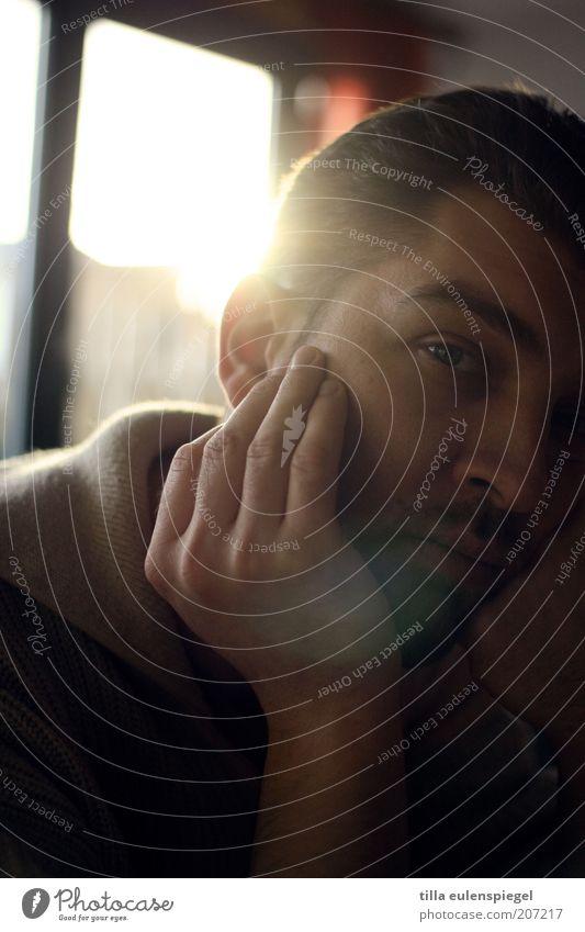 warten auf Erleuchtung Mensch Mann Hand ruhig Einsamkeit Gefühle Fenster Denken Stimmung warten Erwachsene maskulin Trauer trist beobachten Müdigkeit