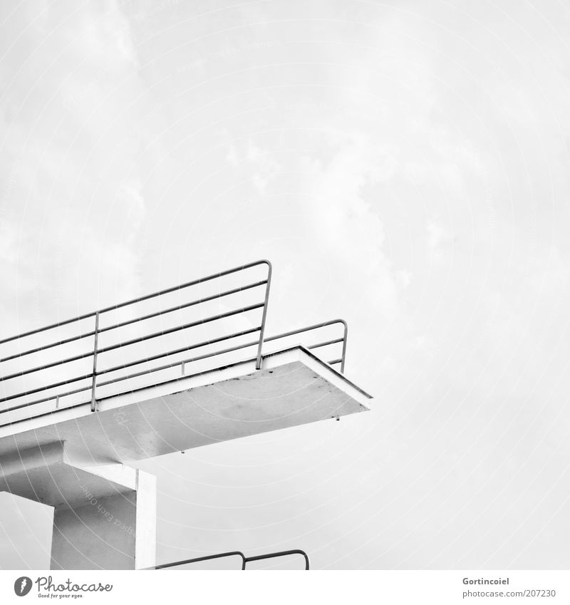 High Diving Freizeit & Hobby Sommer Sommerurlaub hoch Turmspringen Schwimmbad Sprungbrett Fünfmeterbrett Wassersport Höhe Schwarzweißfoto Außenaufnahme