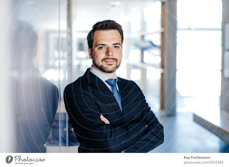 Businessporträt junger Mann Mensch Jugendliche 18-30 Jahre Erwachsene Leben Stil Arbeit & Erwerbstätigkeit maskulin Büro elegant ästhetisch Erfolg Beginn