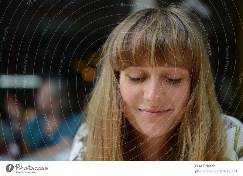 grinsen - blond - pony feminin Junge Frau Jugendliche 18-30 Jahre Erwachsene Haare & Frisuren Pony Denken genießen Lächeln ästhetisch Freundlichkeit