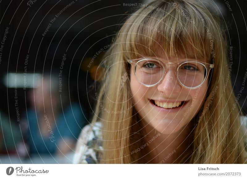 Junge lachende Frau mit Brille. feminin Junge Frau Jugendliche Haare & Frisuren Gesicht 1 Mensch 18-30 Jahre Erwachsene blond Pony genießen Blick Freundlichkeit