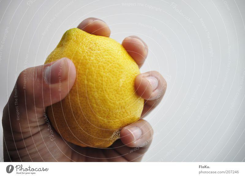 VItamine fest im Griff Lebensmittel Frucht Ernährung Bioprodukte Vegetarische Ernährung Fasten Hand frisch sauer süß gelb weiß Zitrone zitronengelb drücken