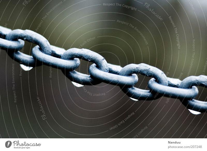 verkettete Tropfen Wasser schwarz kalt grau Regen Metall Wassertropfen nass Seil stark Grenze Kette Barriere Zusammenhalt Material Synthese