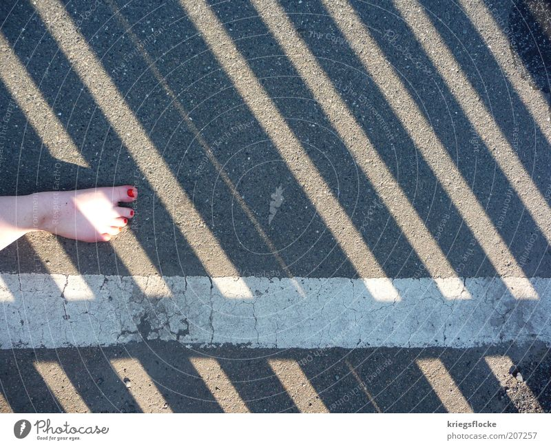 Nebenher Fuß Fußgänger Straße Wege & Pfade laufen rot Nagellack dreckig Seitenlinie weiß grau Streifen Farbfoto Außenaufnahme Textfreiraum rechts