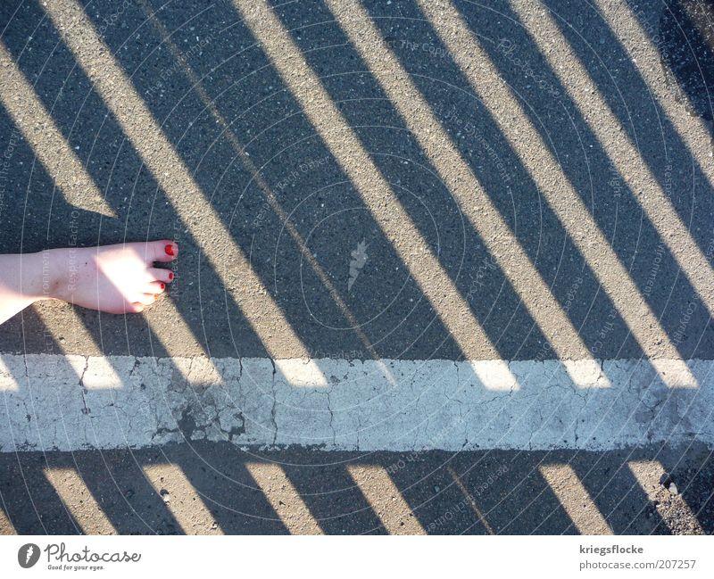 Nebenher weiß rot Sommer Straße grau Wege & Pfade Fuß Linie dreckig laufen Streifen Asphalt Barfuß Fußgänger Straßenrand Nagellack