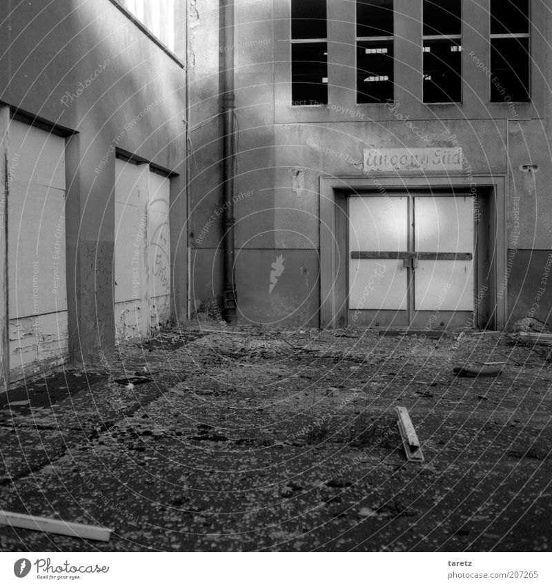 Eingang Süd alt ruhig Fenster Tür Schilder & Markierungen geschlossen leer Perspektive einfach geheimnisvoll verfallen entdecken Verfall Vergangenheit Eingang