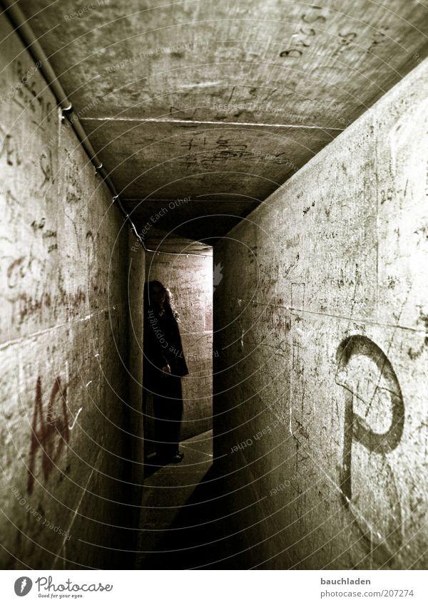 Catacomb Kölner Dom Mauer Wand beobachten Blick stehen warten dunkel historisch grau Symmetrie Farbfoto Innenaufnahme Kunstlicht Schatten Silhouette Katakomben