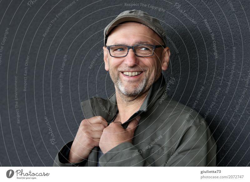 AST 10 | ...und er lacht immer noch! maskulin Mann Erwachsene Männlicher Senior Leben Mensch 45-60 Jahre Jacke Brille Hut Mütze Schirmmütze grauhaarig Glatze