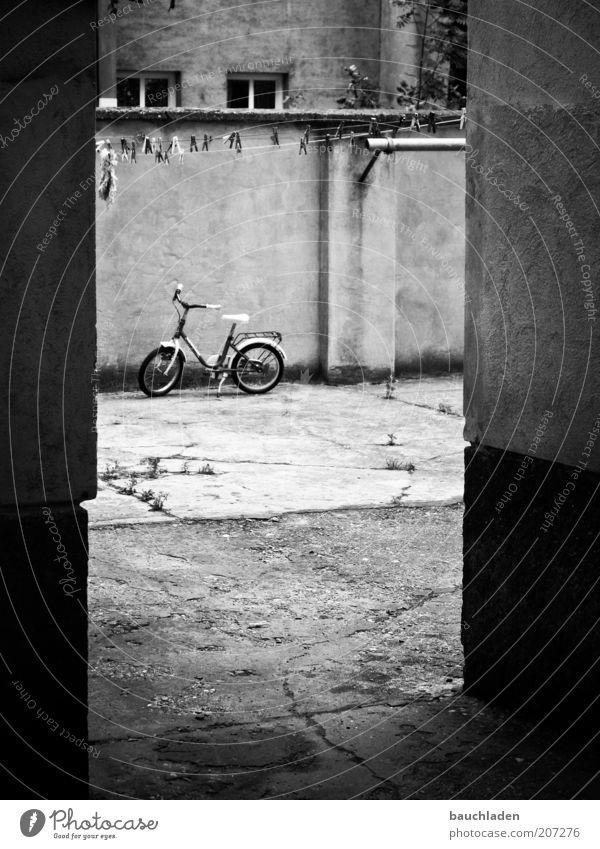 Spielplatz Fahrrad Wien Menschenleer Mauer Wand Fassade Innenhof Hof Kinderfahrrad Umwelt Schwarzweißfoto Außenaufnahme Tag Durchgang trist
