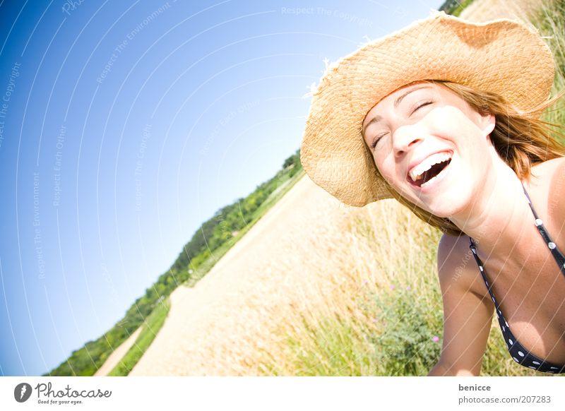 amoi gscheid lochn Frau Mensch lachen Lächeln herzlich herzhaft Hut Sommer Feld Natur stehen Sonnenhut Freude Porträt Bikini Ferien & Urlaub & Reisen