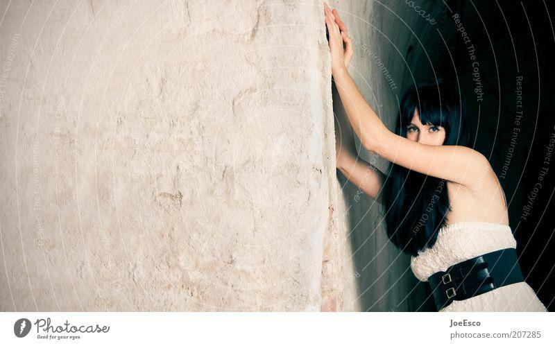 #207285 Lifestyle schön Mensch Frau Erwachsene Leben 1 Mauer Wand Mode Kleid Gürtel schwarzhaarig langhaarig träumen Coolness dunkel einzigartig Gefühle