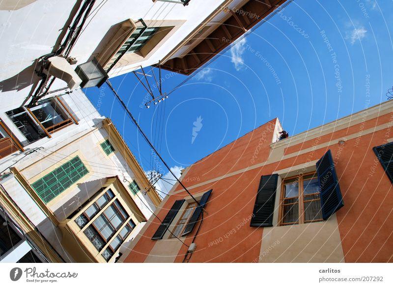 Auf dem Weg zum Markt Himmel Sommer Schönes Wetter Wärme Kleinstadt Stadtzentrum Altstadt Gebäude Mauer Wand Fassade Fenster Dach Fensterladen alt ästhetisch