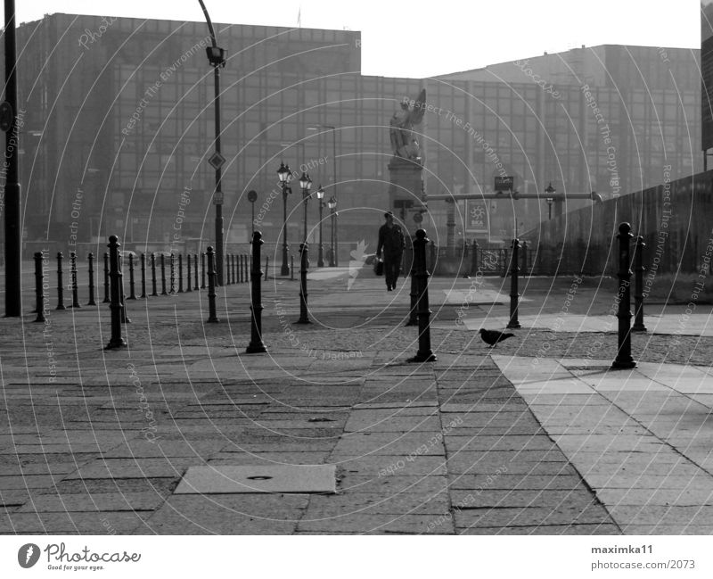 Berlin, Palast der Republik, 8:49 AM leer Straße